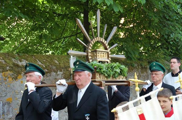 http://www.vitus-gemeinde.de/galerien/cache/vs_02%202006_04%20%DCberf%FChrung%20des%20Vitusschreins%20(17.06.2006)_vitusschrein__15.jpg