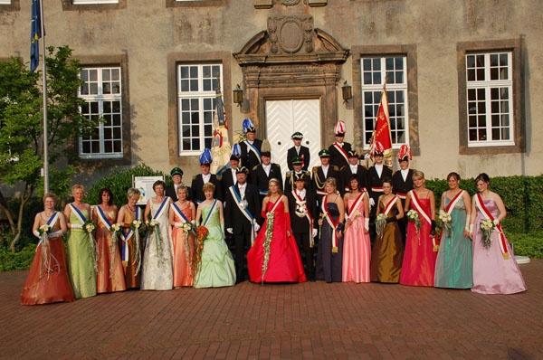 http://www.vitus-gemeinde.de/galerien/cache/vs_02%202006_08%20Sch%FCtzenfest:%20Hofstaat%20(24.-25.06.2006)_gruppenfoto__005.jpg