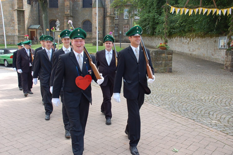 http://www.vitus-gemeinde.de/galerien/cache/vs_03%202007_08%20Sch%FCtzenfest:%20Festum%FCge%20(23.-24.06.2007)_umzug__sa__179.jpg