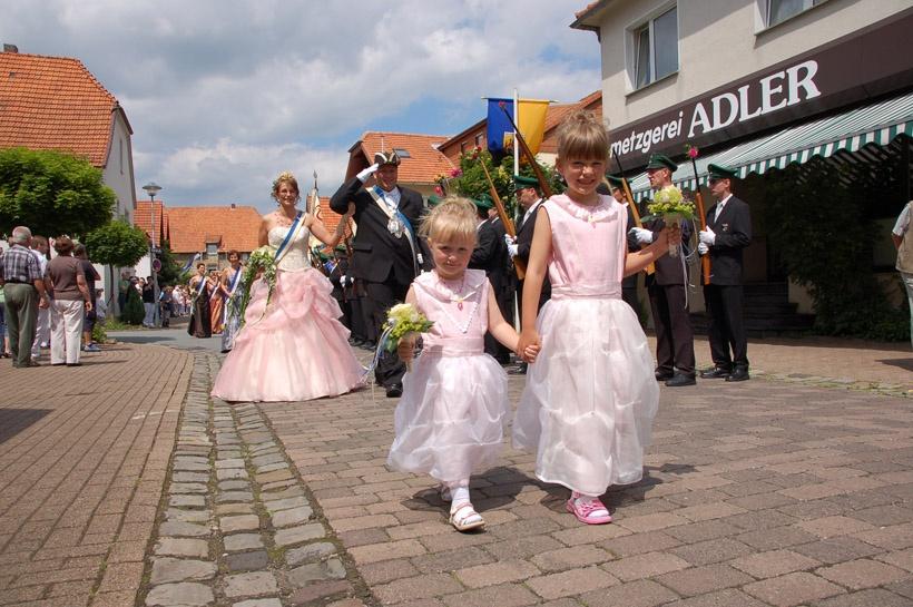 http://www.vitus-gemeinde.de/galerien/cache/vs_03%202008_07%20Sch%FCtzenfest:%20Festum%FCge%20(21.-22.06.2008)_umzug__sa__018.jpg