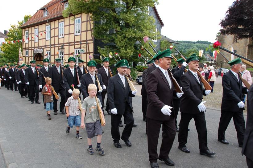 http://www.vitus-gemeinde.de/galerien/cache/vs_03%202008_07%20Sch%FCtzenfest:%20Festum%FCge%20(21.-22.06.2008)_umzug__sa__139.jpg
