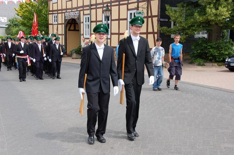 http://www.vitus-gemeinde.de/galerien/cache/vs_03%202008_07%20Sch%FCtzenfest:%20Festum%FCge%20(21.-22.06.2008)_umzug__sa__153.jpg