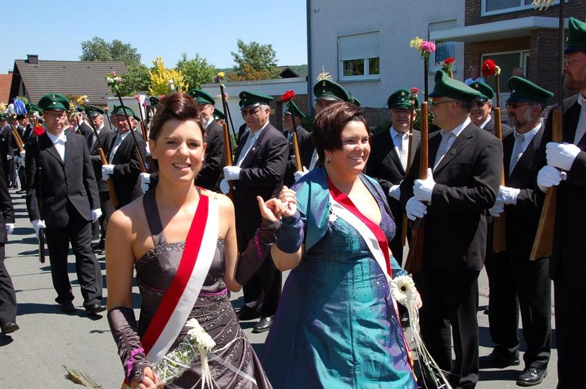 http://www.vitus-gemeinde.de/galerien/cache/vs_05%202010_05%20Sch%FCtzenfest:%20Festumzug%20(27.06.2010)_umzug__so__07.jpg