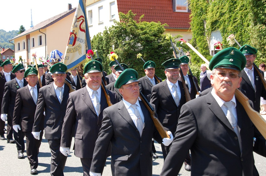 http://www.vitus-gemeinde.de/galerien/cache/vs_05%202010_05%20Sch%FCtzenfest:%20Festumzug%20(27.06.2010)_umzug__so__14.jpg