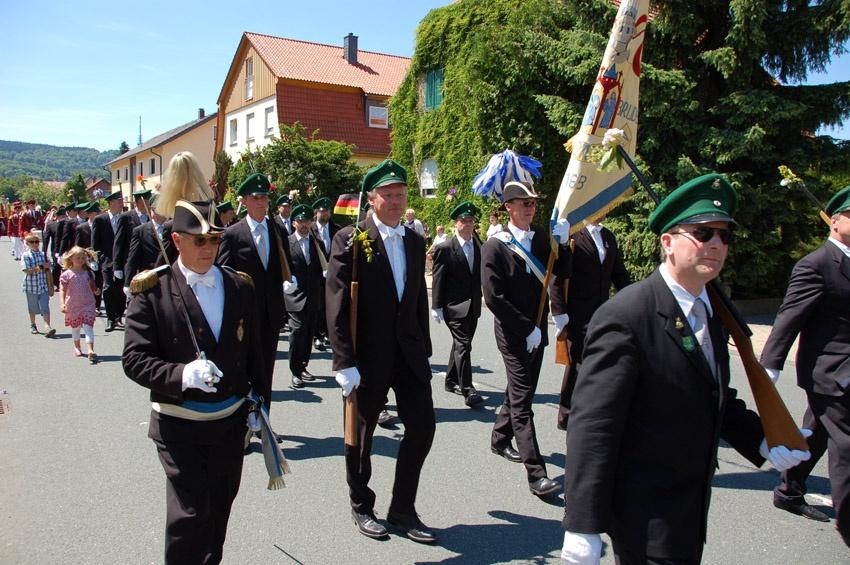 http://www.vitus-gemeinde.de/galerien/cache/vs_05%202010_05%20Sch%FCtzenfest:%20Festumzug%20(27.06.2010)_umzug__so__15.jpg