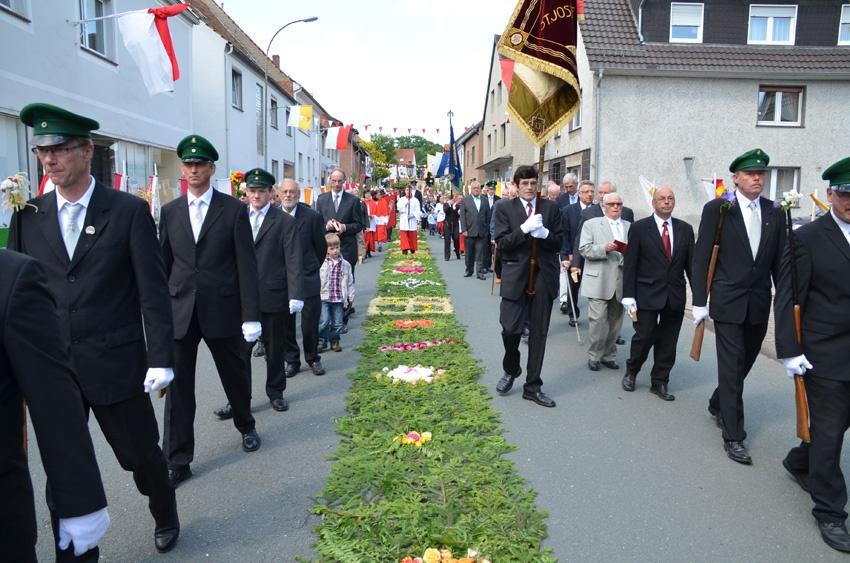 http://www.vitus-gemeinde.de/galerien/cache/vs_07%202012_04%20Vitusprozession%20(17.06.2012)_vitus__15.jpg