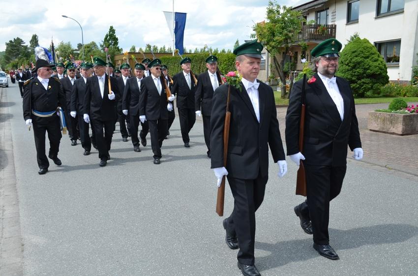 http://www.vitus-gemeinde.de/galerien/cache/vs_07%202012_05%20Sch%FCtzenfest:%20Festumz%FCge%20(23.-24.06.2012)_umzug__sa__083.jpg