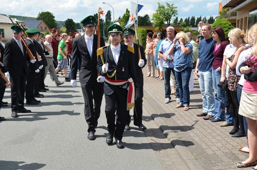 http://www.vitus-gemeinde.de/galerien/cache/vs_07%202012_05%20Sch%FCtzenfest:%20Festumz%FCge%20(23.-24.06.2012)_umzug__sa__090.jpg
